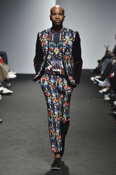 126d81762fb 기존의 옷으로 멋을 내고 싶다면 세미 스타일 정장이 좋다. 세미재킷과 피트한 면 팬츠를 매치하면 캐주얼 느낌을 주고 다양하게 응용해  입을 수도 있어 경제적이다.